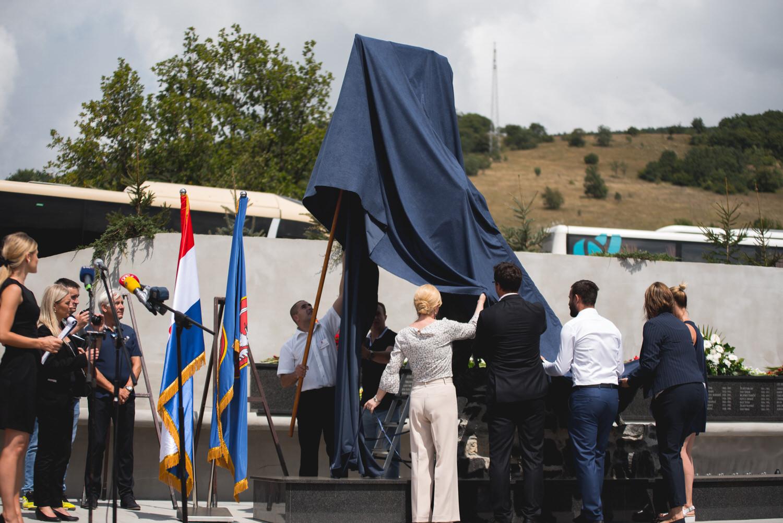 Photo of FOTO Predsjednica Grabar-Kitarović na otkrivanju spomenika palim braniteljima u Ljubovu
