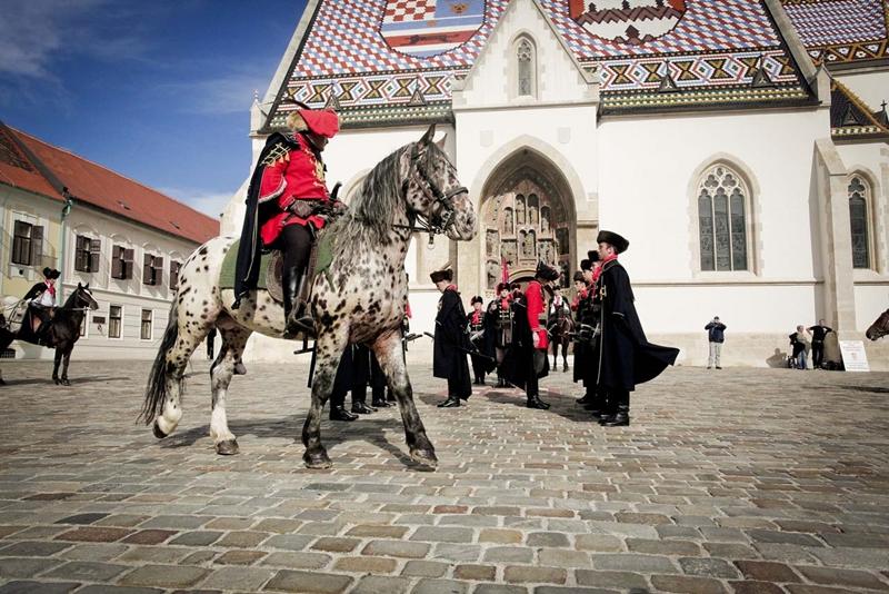 Photo of Kravat pukovnija predvodi povorku povijesnih postrojbi u okviru 303. alkarskih svečanosti