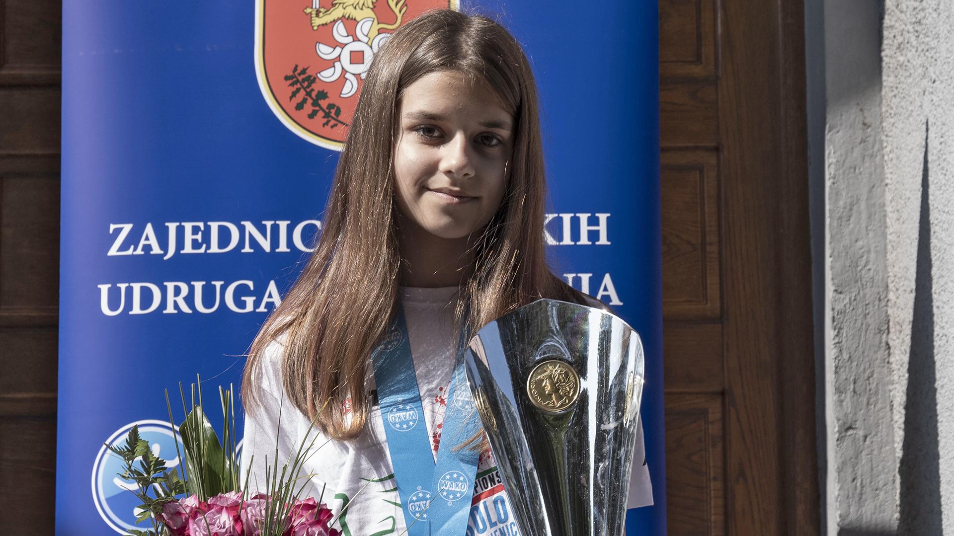 Photo of OVO JE SVJETSKA PRVAKINJA IZ SLUNJA! Ela Magdić na vrhu svijeta u kickboxingu