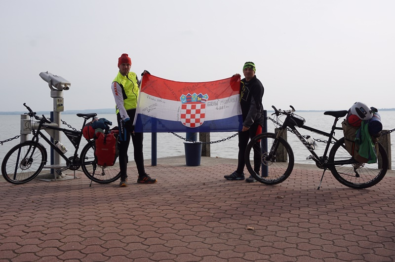 Photo of OD GACKE DO BALATONA Krznarić i Piršljin stigli do cilja! U avanturi biciklom povezali Otočac i Kestel