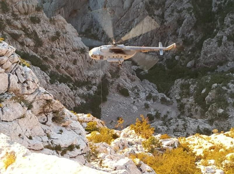 Photo of DRAMATIČNA AKCIJA NA VELEBITU Ozlijeđenu penjačicu HGSS je izvlačio helihopterom!