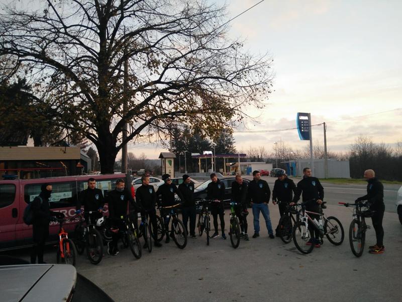 """Photo of PLITVICE ZA VUKOVAR Članovi Biciklističkog kluba """"Crna Kraljica"""" jutros krenuli prema Gradu heroju"""
