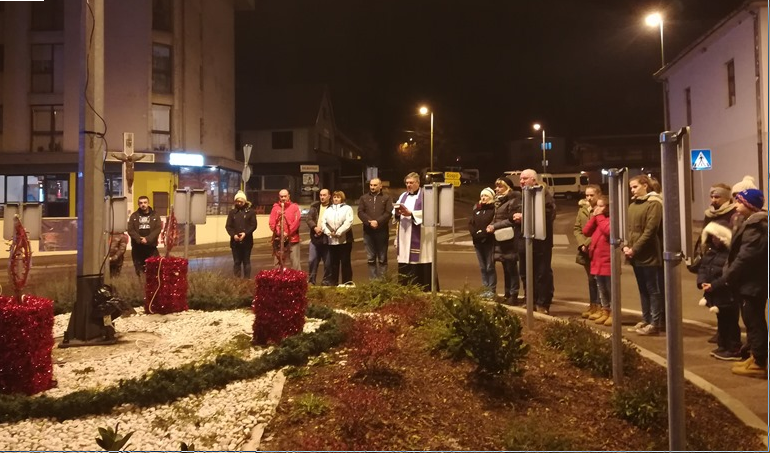 Photo of U Korenici učenica Osnovne škole dr. Franje Tuđmana upalila prvu adventsku svijeću