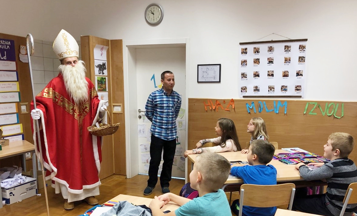 Photo of Sveti Nikola jutros posjetio gospićke osnovnoškolce – oduševljenje u prvim razredima