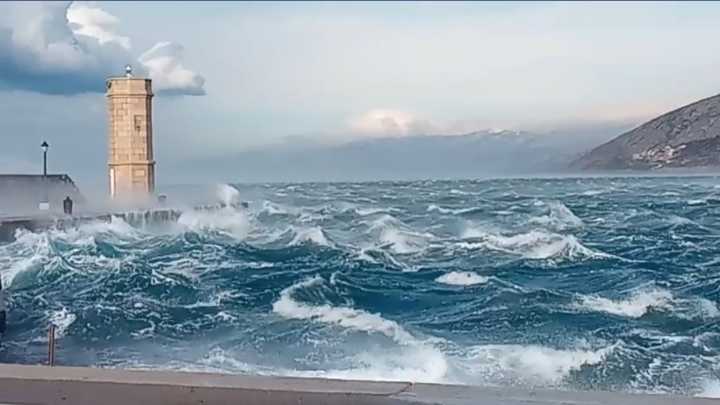 Photo of VIDEO Senjska bura jučer puhala preko 180 km/h!