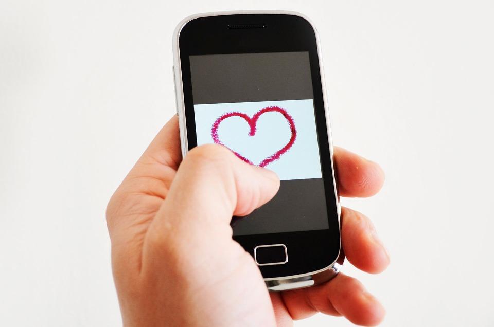 Photo of Zaljubljeni Hrvati iznenadili odgovorom na pitanje 'koja vam je veza važnija: mobilna ili ljubavna?'