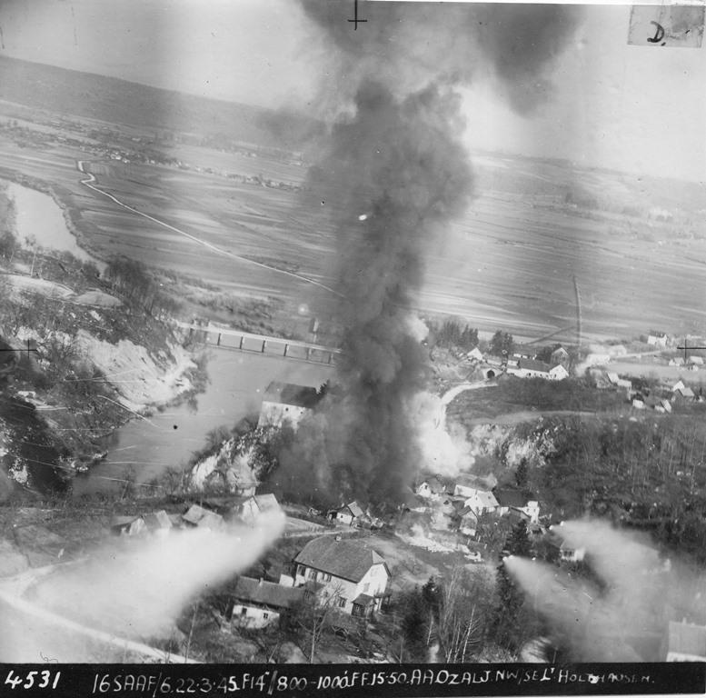 Photo of Rijetke fotografije otkrivaju kako je izgledalo savezničko bombardiranje Ozlja u ožujku 1945. godine