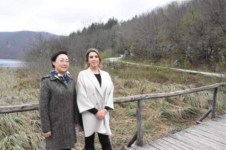 Photo of Ana Maslać Plenković sa suprugom kineskog premijera posjetila Plitvička jezera