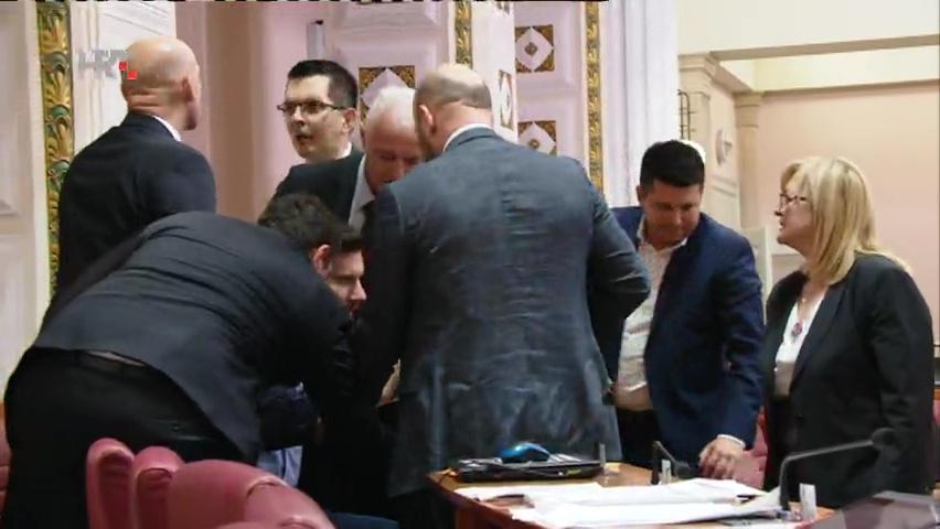 Photo of VIDEO Kaos u Saboru: Pernar opet iznesen iz sabornice, Bunjac prijetio smrću zaštitaru