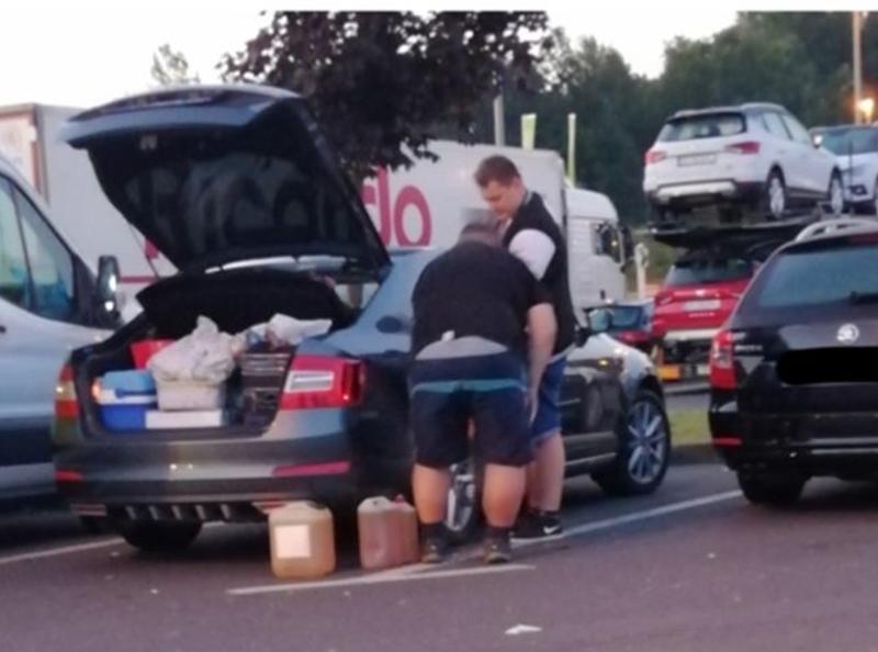 """Photo of Bloger Krule snimio zanimljiv prizor: """"Turisti u Hrvatskoj toče svoje gorivo na benzinskoj!"""""""