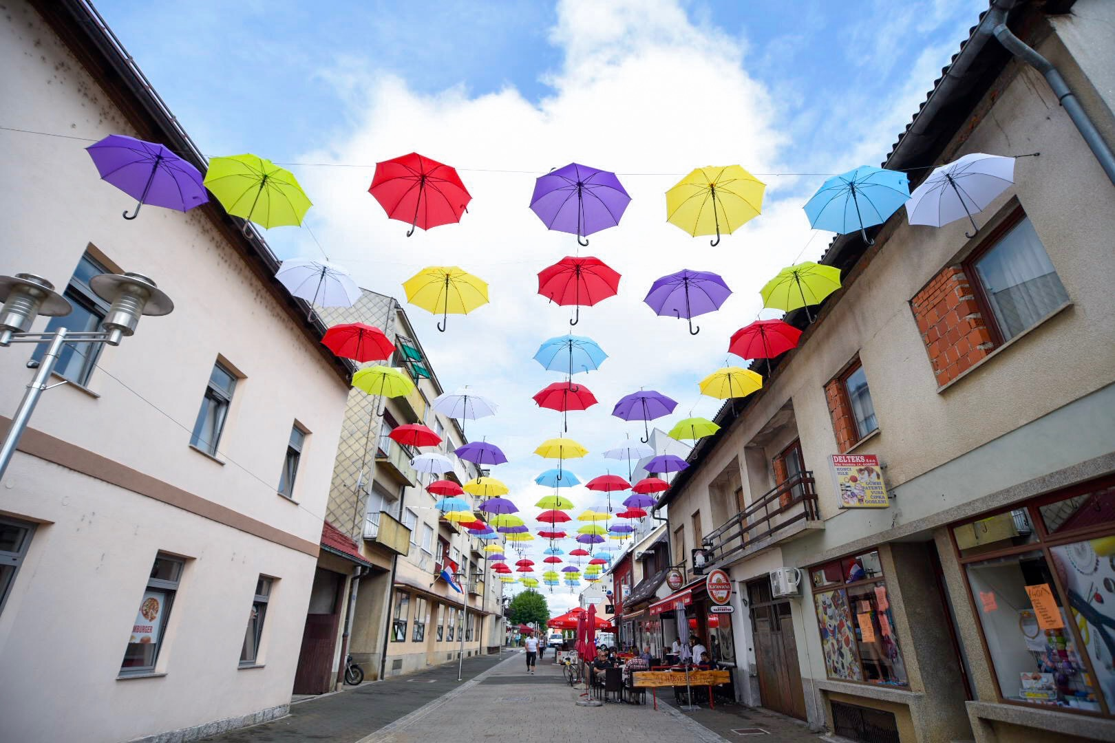 Photo of FOTO Čarolija šarenih kišobrana u centru Gospića