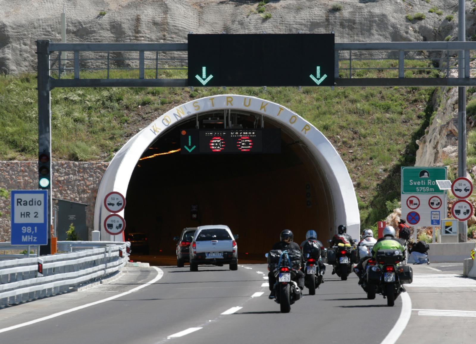 Photo of Teška nesreća u tunelu Sv. Rok, sudarili se autobus i dva osobna vozila