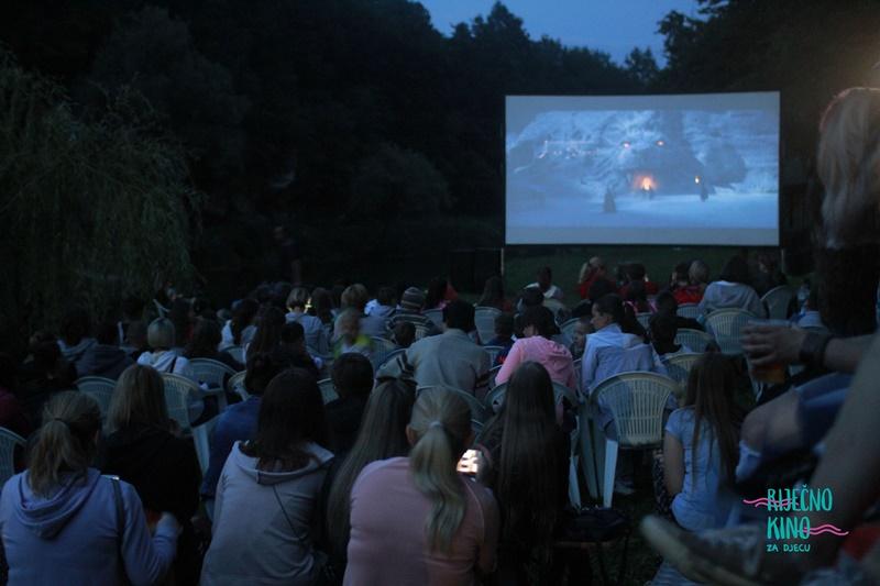 Photo of PUTEVIMA ČAROBNOG TEPIHA NA LUFTIĆIMA Održano Riječno kino za djecu u Slunju