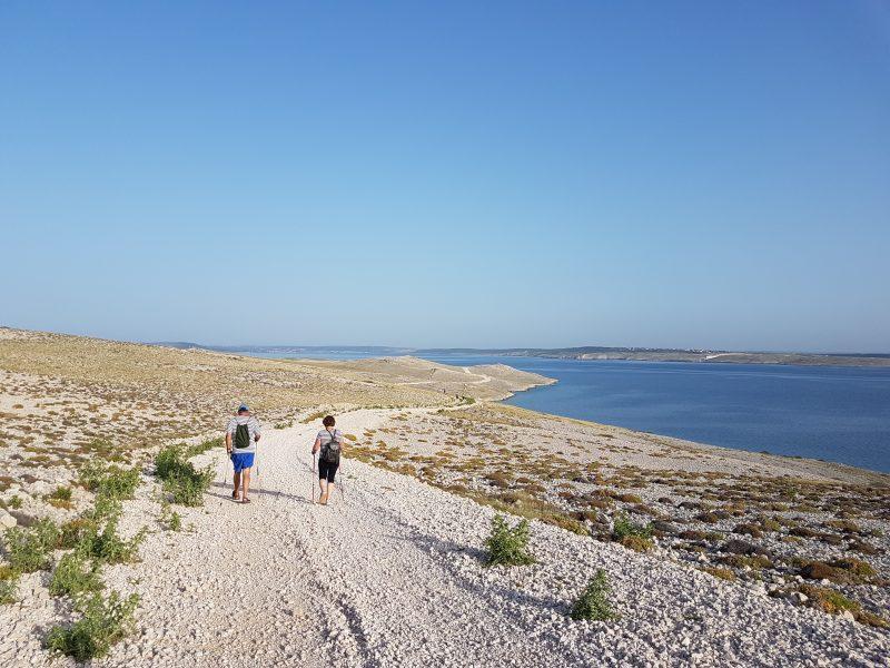 Photo of HODAJTE MJESEČEVIM OTOKOM Predstavljamo paške staze za nordijsko hodanje krajem rujna!
