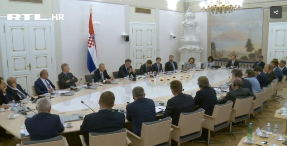 Photo of VIDEO Ministar Krstičević htio otići sa sastanka, premijer ga spriječio pa je mahao glavom