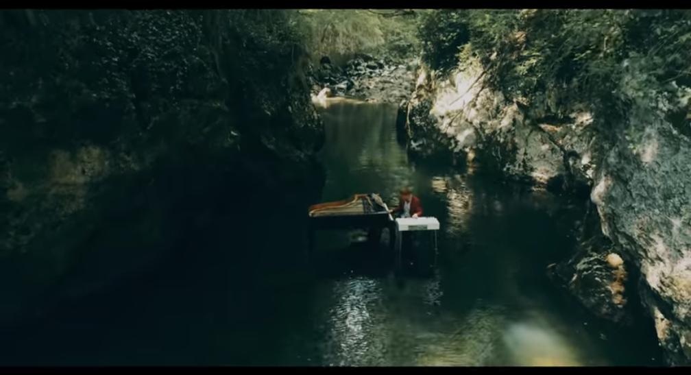 Photo of JEDINSTVENI VIDEO Riječki glazbenik snimio spot u koritu rijeke Rječine!