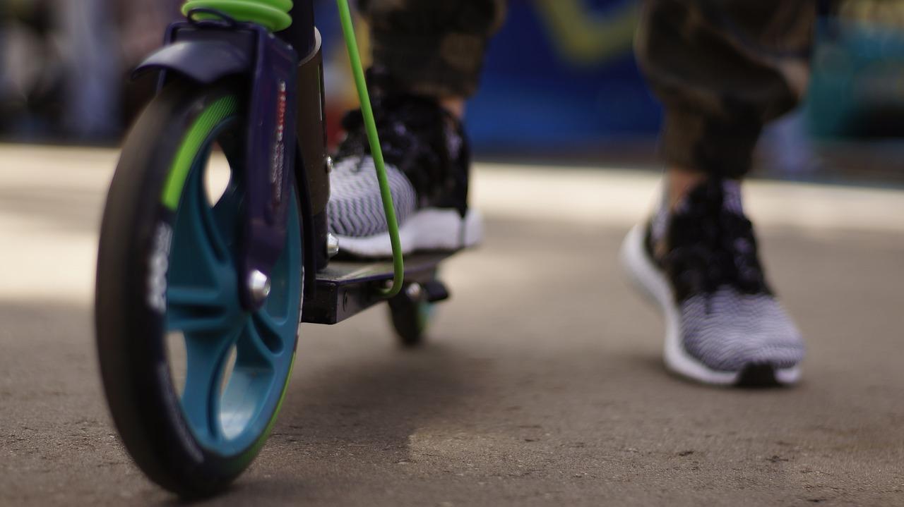 Photo of ELEKTRIČNI ROMOBILI Prespori za ceste, prebrzi na nogostupima – kako pristupiti njihovoj regulativi?
