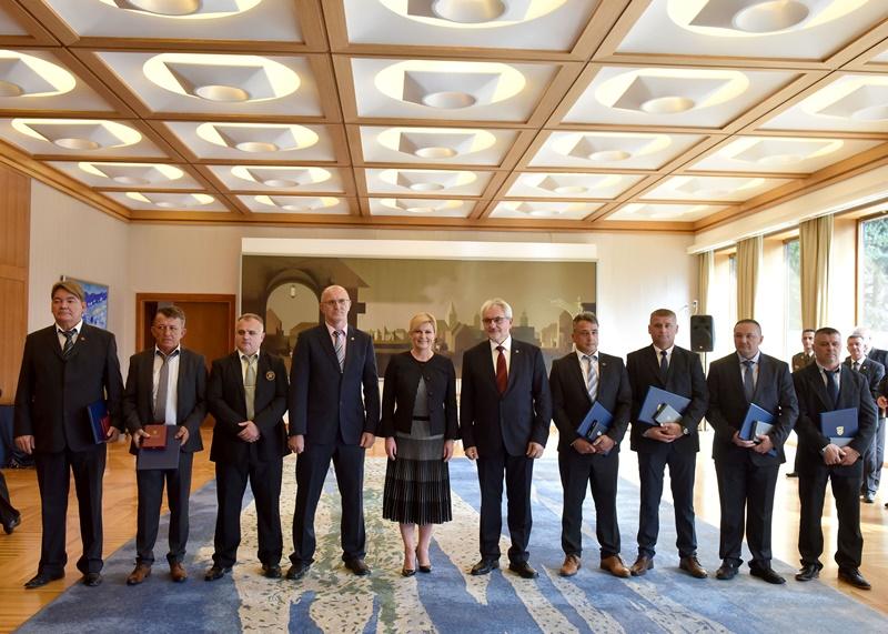 """Photo of Predsjednica Republike uručila odlikovanja veteranima 2. gardijske brigade """"Gromovi"""""""