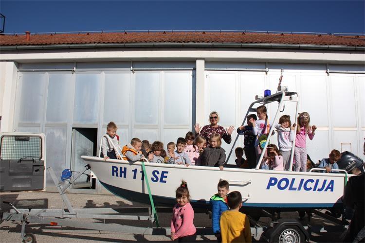 Photo of Mališani iz Korenice i Mukinja razgledali policijsku opremu i tehniku