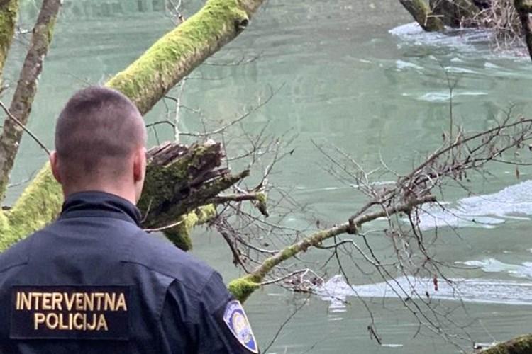 Photo of Karlovačka policija spasila migranta iz nabujale Mrežnice