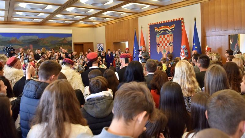 Photo of Predsjednica Grabar-Kitarović ugostila predstavnike obiteljskih poljoprivrednih gospodarstava