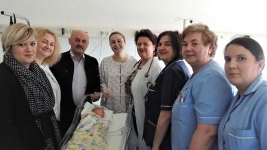 Photo of Gradonačelnik Starčević darivao prvo dijete rođeno u 2020. godini