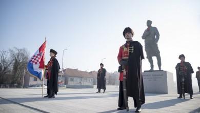 Photo of Academia Cravatica i gradonačelnik Bandić vezali kravatu na spomenik dr. Tuđmanu