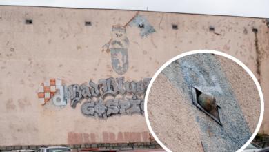 """Photo of Jeste li primijetili loptu na zgradi Županije? Otkrili smo """"krivca"""" ove simpatične nezgode"""