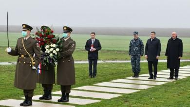 Photo of FOTO Predsjednik Milanović položio vijenac kod spomen-obilježja na Ovčari