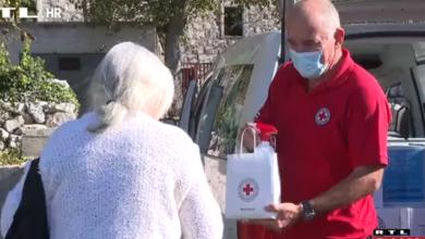 """Photo of VIDEO Novi projekt Crvenog križa stavio osmjeh na lica baka i djedova: """"Jako su sretni, veseli da netko misli na njih"""""""