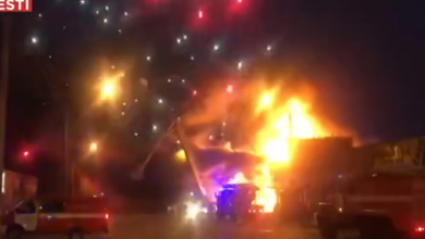 Photo of VIDEO Požar u trgovini pirotehnikom izazvao veliki vatromet, gasilo ga je 400 vatrogasaca