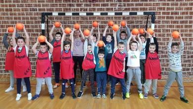 Photo of Tridesetak dječaka i djevojčica upisano u rukometne grupe u Brinju