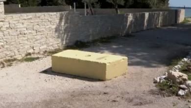 Photo of VIDEO Betonski blok od 200 kilograma izazvao pomutnju kraj Zadra – tko ga je tu stavio?