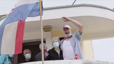 Photo of VIDEO Čistio je cipele, po Velebitu gurao kocku – tko je zadarski performer bez kojeg ni SDP ni HDZ ne mogu?